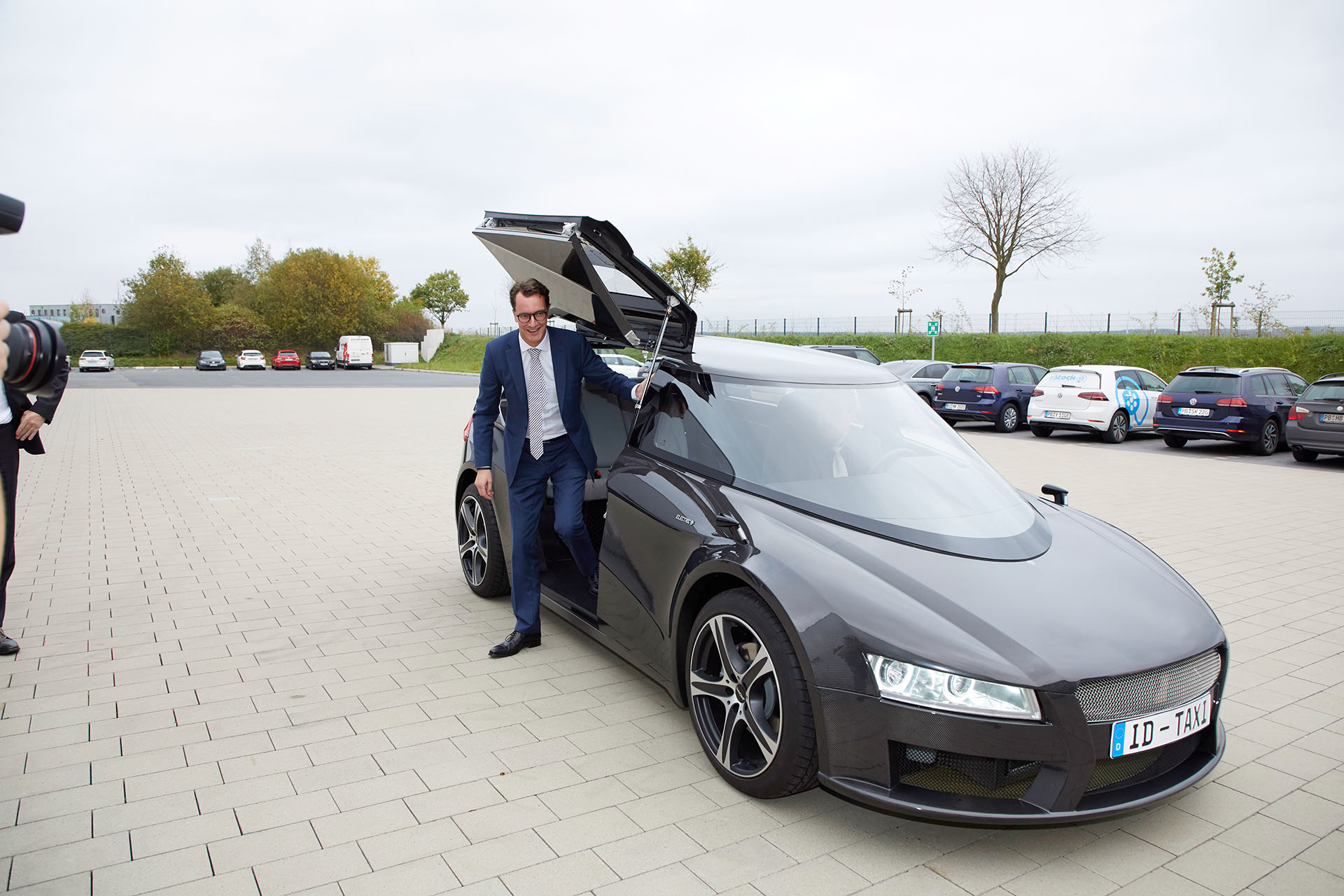 Hendrik Wüst leaves the ID-Taxi prototype visibly impressed after his test drive